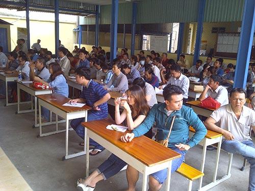 Người dân ngồi chờ tại điểm cấp, đổi GPLX ở số 51/2 Thành Thái, phường 14, quận 10, TP HCM vào trưa 3-12