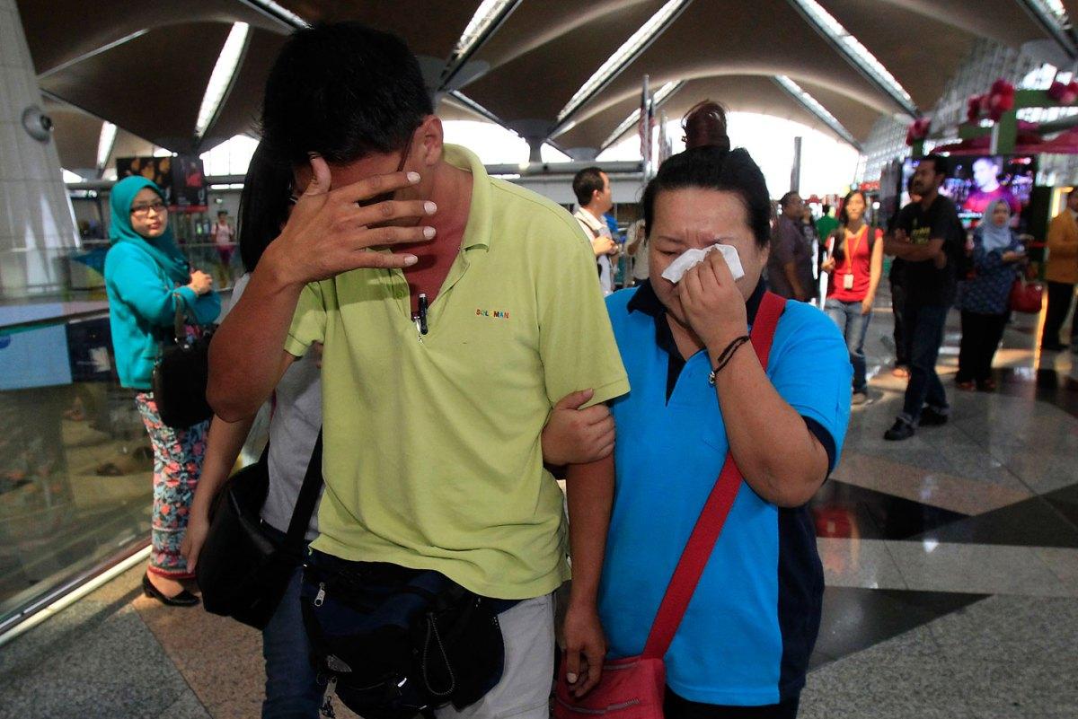 Người thân ngóng chờ thông tin về chiếc máy bay mất tích tại sân bay Kuala Lumpur. (Nguồn: AP)