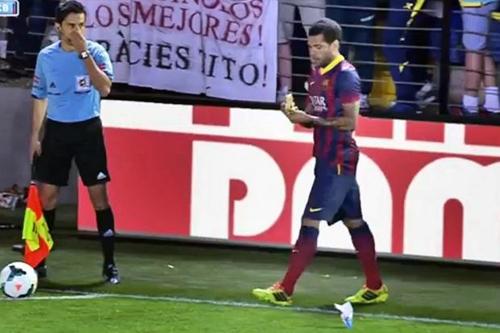 Từ hành động này của Alves...