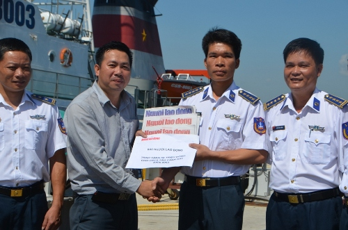 Ông Đặng Hoàng Dũng, Phó trưởng Văn phòng đại diện Báo Người Lao Động tại miền Trung, trao tặng 50 triệu đồng cho CBCS trên tàu cảnh sát biển 8003