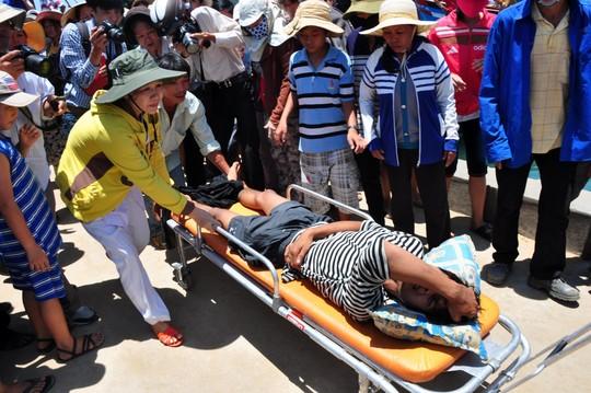 Trưa 18-5, tàu cá QNg 90205 TS của ông Nguyễn Văn Quang (ngụ xã Bình Châu, huyện Bình Sơn, Quảng Ngãi) chở theo 2 ngư dân bị trọng thương (anh Nguyễn Hiền Lê Anh và Nguyễn Tấn Hải) do Trung Quốc tấn công đã về tới đất liền trong tình trạng tơi tả. Ảnh: Đưa ngư dân bị tàu Trung Quốc tấn công lên bờ cấp cứu