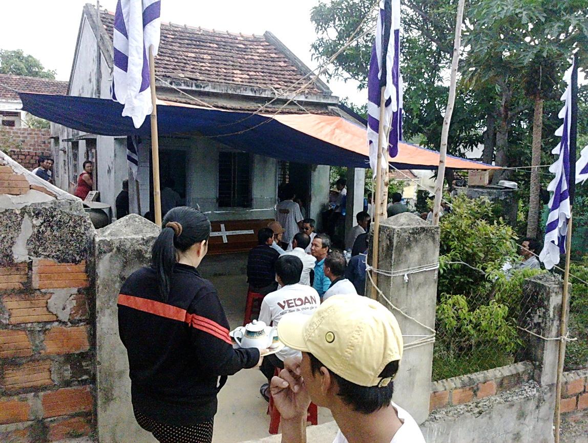 Người dân địa phương và họ hàng tổ chức tang lễ cho em Vân, ngày 5-8