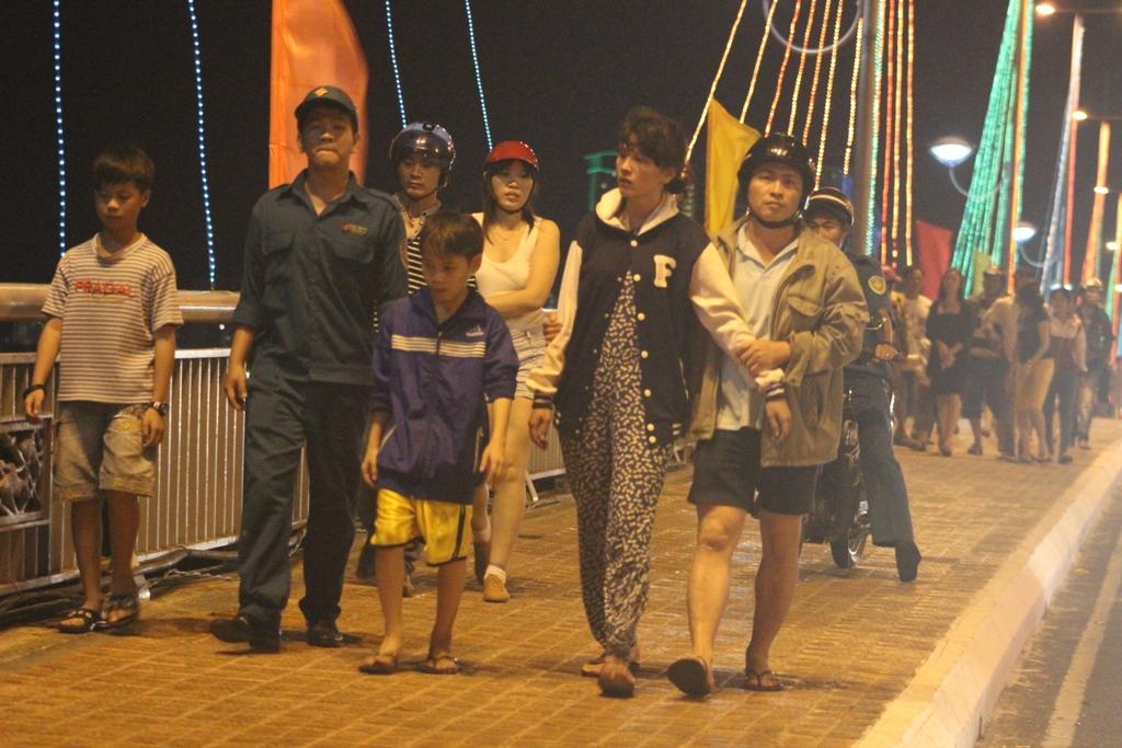 Người nhà nạn nhân đang thất thểu đi trên cầu Trần Phú ngóng tin