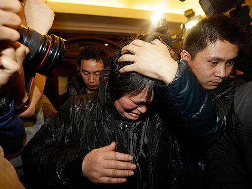 Một người thân của hành khách trên chiếc máy bay mất tích đau buồn tại Bắc Kinh - Trung Quốc hôm 9-3Ảnh: REUTERS
