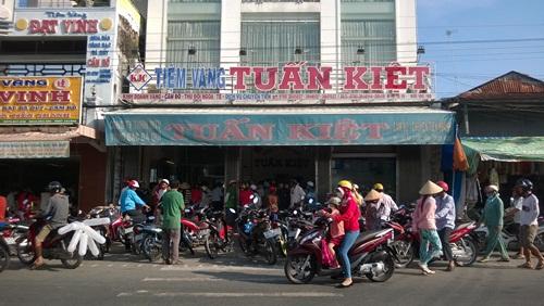 Chiều 25-9 vẫn còn rất đông người kéo đến tiệm vàng Tuấn Kiệt bán vàng 18k