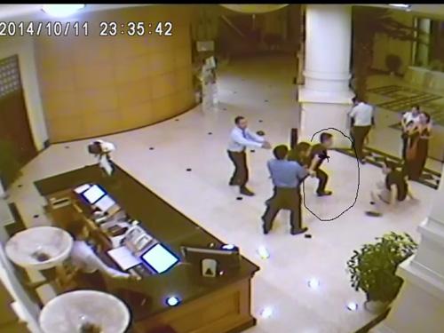 Theo hình ảnh ghi lại từ camera của khách sạn, người đàn ông mặc quần bò, áo phông đen tỏ ra hung hăng trong vụ hỗn chiến