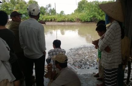 Người dân và chính quyền địa phương theo dõi quá trình tìm xác ông Dũng