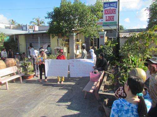 Người nhà của anh Thanh mang lư hương đến trước cửa nhà ông Hà Hoàng Nam đòi con trai ông này phải thi hành án
