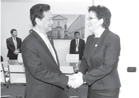 Thủ tướng Nguyễn Tấn Dũng chúc mừng bà Ewa Kopacz mới được bầu làm Thủ tướng Ba Lan. Ảnh: TTXVN