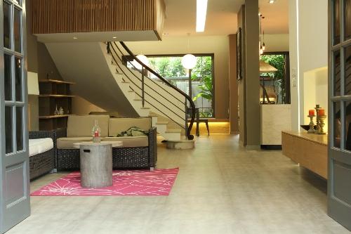 Phòng khách sau khi cải tạo vẫn giữ nguyên kết cấu, chỉ thay đổi một số hạng mục nhỏ và hệ đèn chiếu sáng giúp không gian ấm úng, sang trọng hơn.