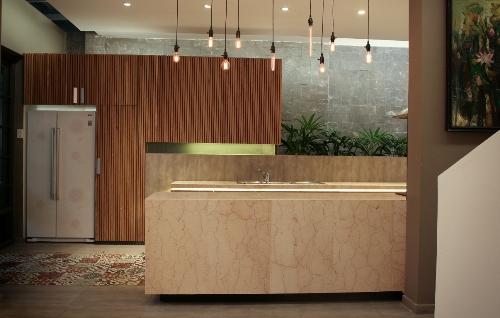 Khu vực bếp sau khi cải tạo mang một diện mạo mới, thoáng hơn, cảm giác rộng mở hơn. Việc đầu tư chọn lựa vật liệu kỹ lưỡng giúp cho chi phí đầu tư không quá đắt mà vẫn đạt được chủ đích làm mới không gian rõ rệt. Màu sắc khu vực này cũng phù hợp với phòng khách và không gian chung.