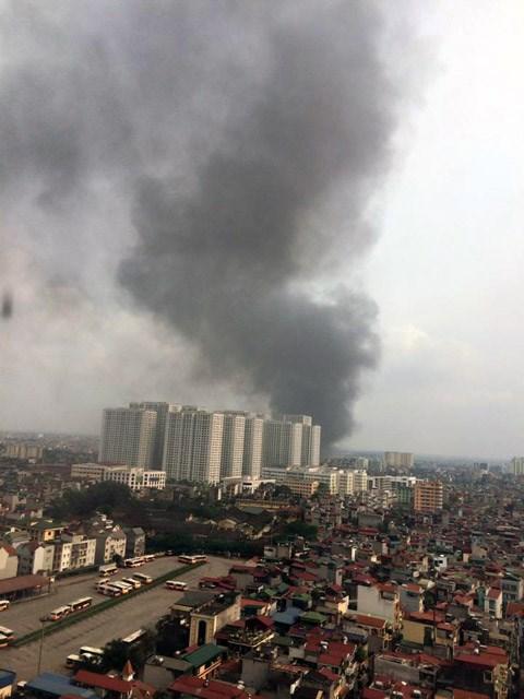 Cột khói bốc lên hàng trăm mét