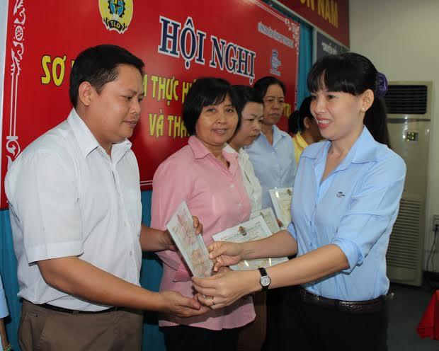 Bà Trần Thị Thanh Nhàn, Bí thư Đảng ủy Công ty Cholimex trao giấy khen cho CNVC-LĐ tiêu biểu