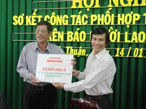Ông Nguyễn Đình Xê, Ủy viên Ban Biên tập Báo Người Lao Động (phải), trao tiền hỗ trợ ngư dân tỉnh Ninh Thuận