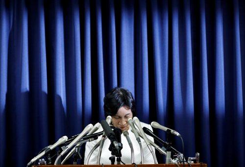 Nữ Bộ trưởng Tư pháp Midori Matsushima trong cuộc họp báo tuyên bố từ chức ngày 20-10. Ảnh: Reuters