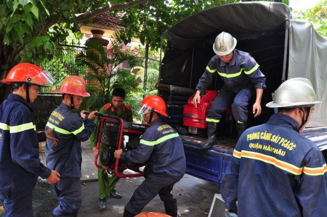 Cảnh sát PCCC đưa đến hiện trường với nhiều máy móc thiết bị. Ảnh: Tấn Vũ