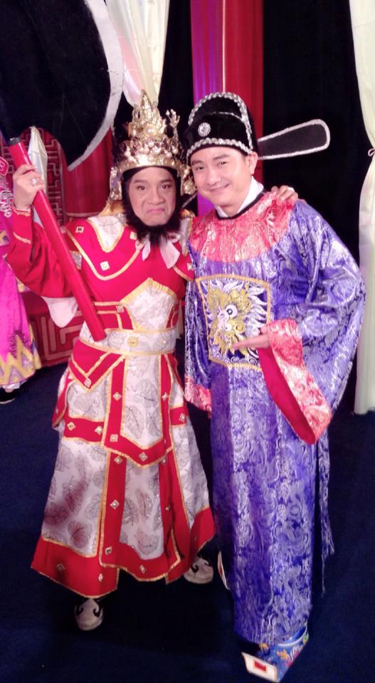 Minh Nhí vai Thiên Lôi và Anh Vũ vai Táo thủy lợi trong vở