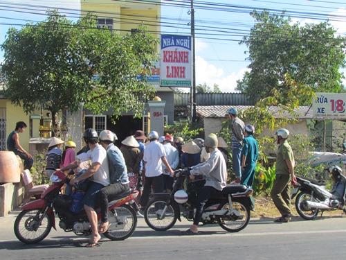 Nhiều người qua đường ghé xem gây cản trở giao thông
