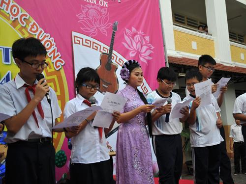 Lê Như hướng dẫn các em học sinh trường PTCS Trần Văn Ơn ca bài Long hổ hội sáng 28-4.