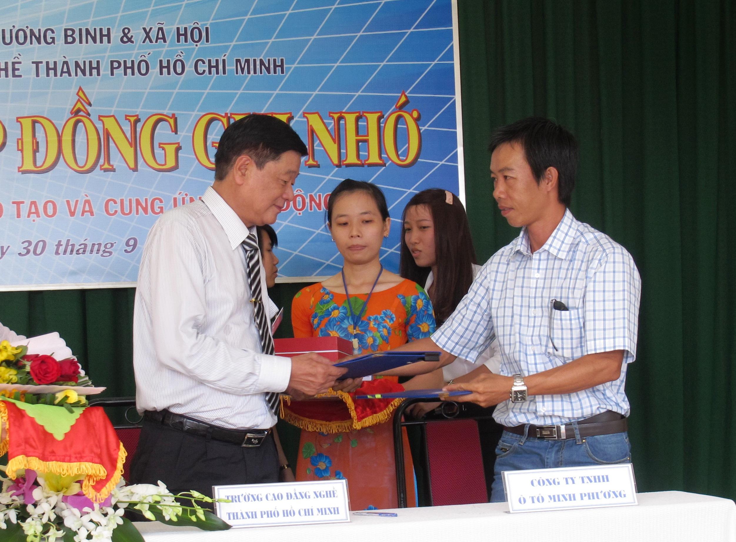 Ông Lê Quốc Bình, Hiệu trưởng Trường CĐ Nghề TP HCM (trái) ký kết hợp tác với doanh nghiệp