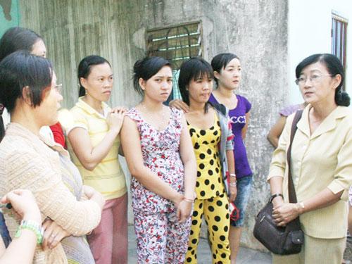 Bà Bùi Thị Tuyết Nhung, Chủ tịch LĐLĐ huyện Hóc Môn-TPHCM (bìa phải), vận động công nhân Công ty Trung Thu bình tĩnh, chờ can thiệp giải quyết quyền lợi