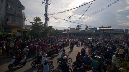 Hàng trăm người gây náo loạn khu vực ngã 5 Phủ Hà (TP Phan Rang - Tháp Chàm, tỉnh Ninh Thuận)