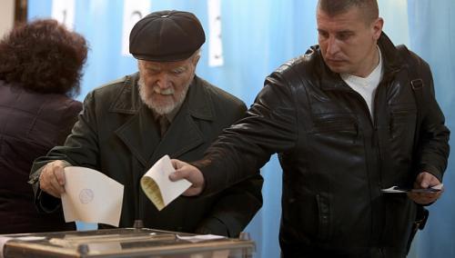 Người dân ở Crimea đi bỏ phiếu. Ảnh: Reuters