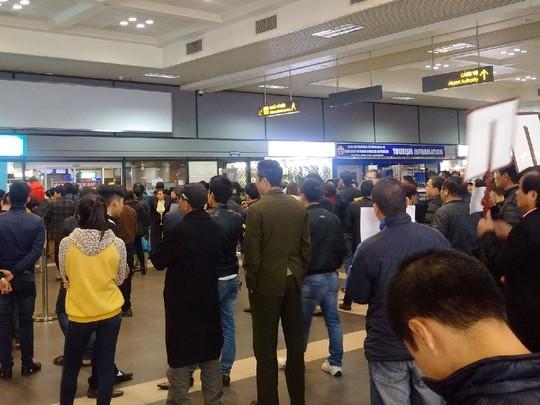 Người nhà đứng chờ người thân tại sảnh đến nội địa sân bay Nội Bài lúc 22 giờ ngày 16-12 - Ảnh: Nguyễn Quyết