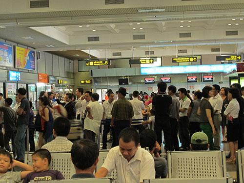 Hành khách chờ lên máy bay ở sân bay Nội Bài