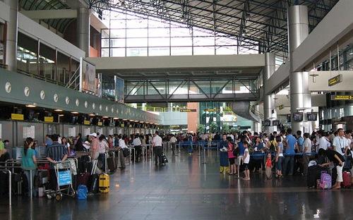 Nhân viên làm việc tại sân bay Nội Bài phải luôn biết nói lời xin chào, xin cảm ơn và có thái độ nhẹ nhàng, sẵn sàng giúp đỡ hành khách.