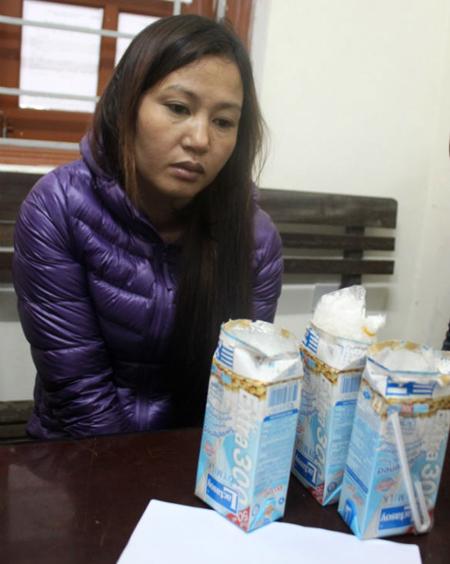 Nguyễn Thị Hương cùng tang vật tại cơ quan công an - Ảnh: Cơ quan công an cung cấp