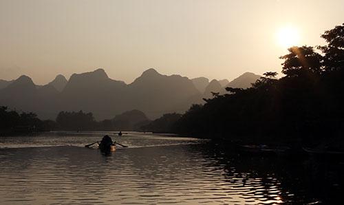 Dọc theo dòng suối Yến, từng cụm hoa súng nở trong cái sáng ban mai đầu đông se se lạnhđón chào những đòn thuyền nhẹ trong mùa vắng khách