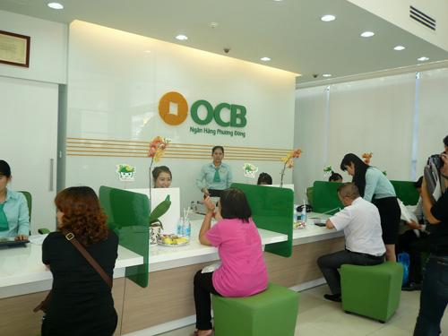 Khách hàng giao dịch tại Ngân hàng Phương Đông (OCB)