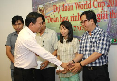 Ông Trần Mạnh Hùng, đại diện công ty Vinamit, trao giải thưởng cho bạn đọc