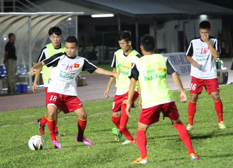 Các cầu thủ U19 khởi động trước trận
