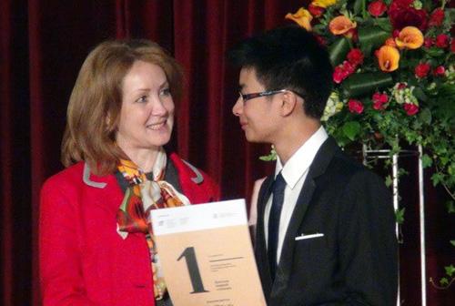 Học sinh Việt Nam nhận giải thưởng Olympic tiếng Nga. Ảnh: TTX.