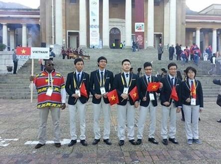 Đội tuyển Việt Nam thi Olympic Toán quốc tế 2014 chụp ảnh tại Nam Phi