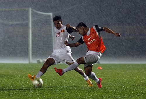 Tuy trời mưa lớn nhưng các tuyển thủ vẫn ra sân