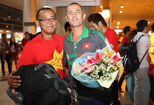 Người hâm mộ chào đón HLV U19 Việt Nam