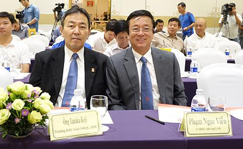 Trưởng Ban tổ chức giải V-League Tanaka Koji và TGĐ VPF Phạm Ngọc Viễn