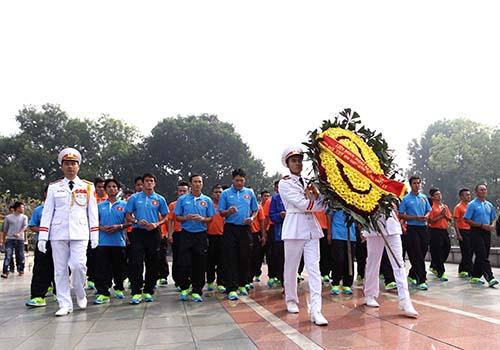 Đoàn dâng hoa tại Đài tưởng niệm các Anh hùng liệt sĩ
