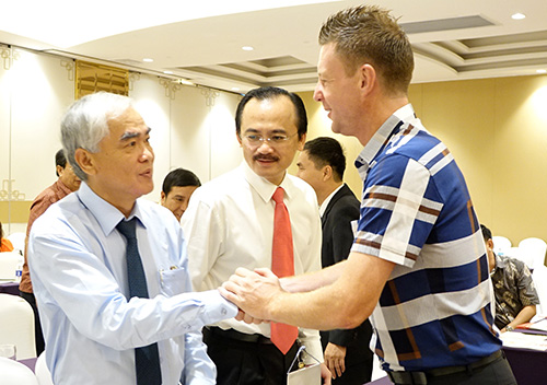 Chủ tịc VFF Lê Hùng Dũng trao đổi cùng đại diện CLB Vincem Hải Phòng