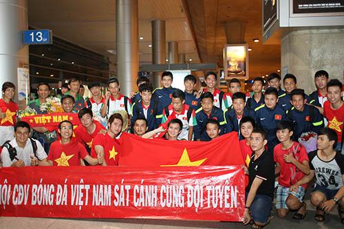 CĐV Việt Nam cũng các tuyển thủ của mình tại sân bay Tân Sơn Nhất