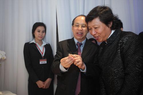 Ông Lý Ngọc Minh giới thiệu trâm cài áo với NTK Sĩ Hoàng