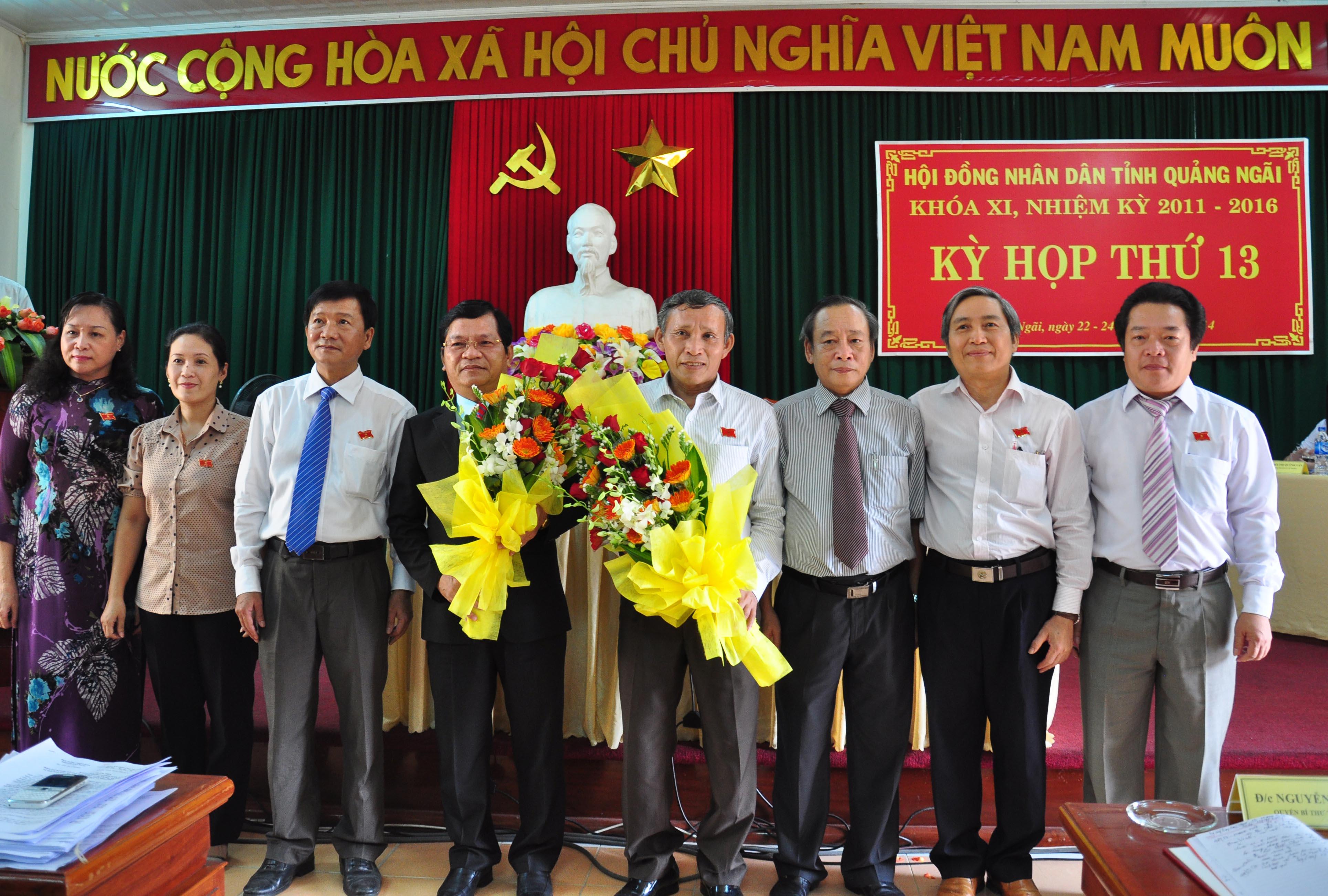 Ông Lê Viết Chữ (thứ 4 từ trái qua) tại lễ nhậm chức Chủ tịch UBND tỉnh Quảng Ngãi. Ảnh: Tử Trực