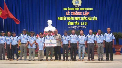 Quỹ Tấm lòng vàng Người Lao Động hỗ trợ mỗi tàu cá của Nghiệm đoàn Khai thác Hải Sản Bình Tân - Lagi 15 triệu đồng