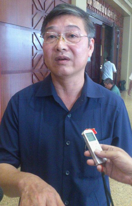 Ông Nguyễn Sơn, Phó chánh án TAND Tối cao, trả lời báo chí bên hành lang Quốc hội sáng 26-5.