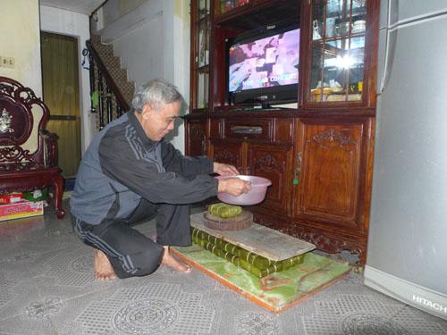 Ông Nguyễn Xuân quyết gói bánh chưng để gửi vào Nam cho cháu ngoại ăn Tết