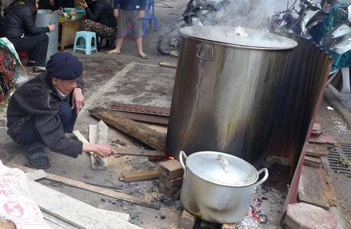 Ông Trần Bính đã gần 90 tuổi vẫn hì hục cùng con cháu bắc nồi luộc bánh chưng thật to