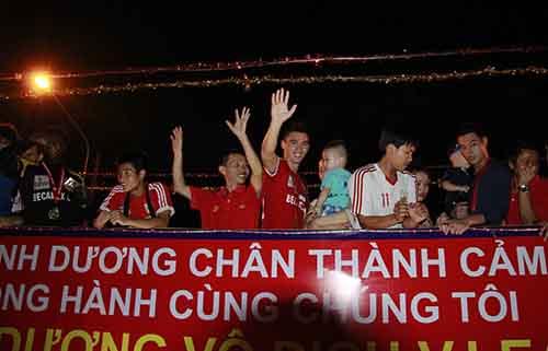 Các tuyển thủ B.Bình Dương chào CĐV trên xe diễu hành